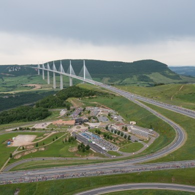 Coureurs sur l'aire du Viaduc de Millau ©A.Trompeau